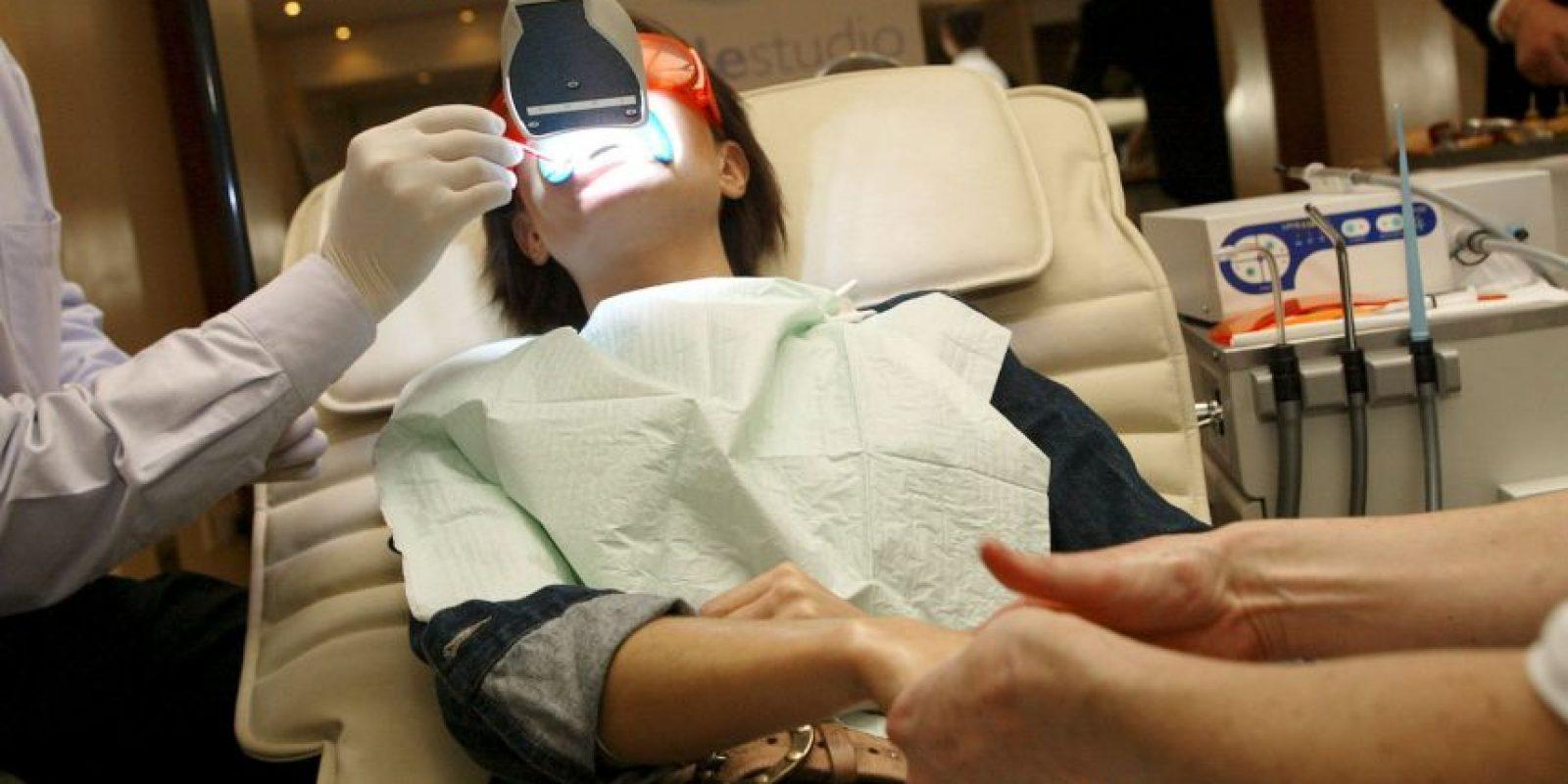 Por lo que utilizó unas tiras de blanqueamiento que contenían un kit dental. Foto:Getty Images
