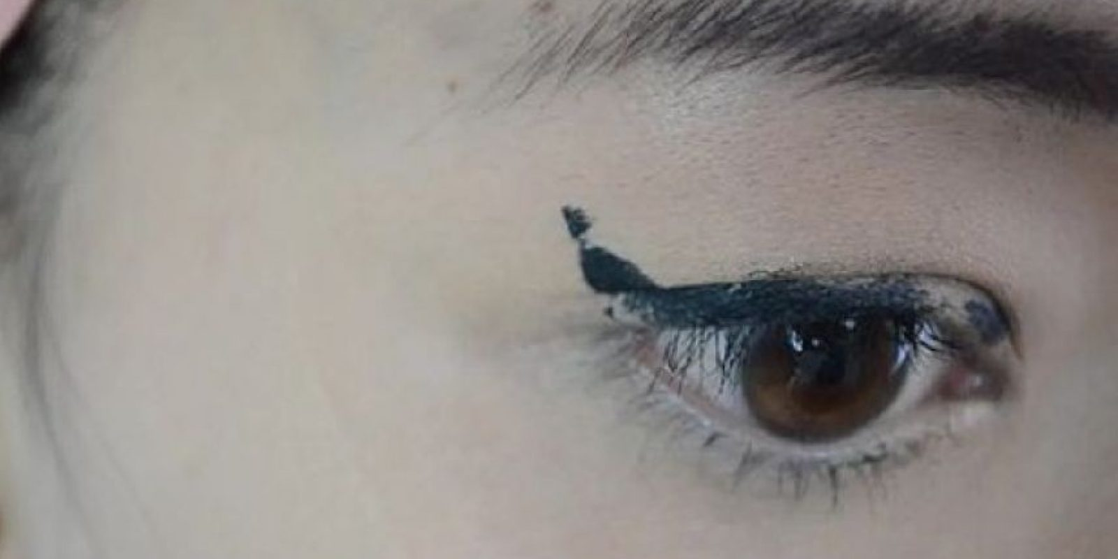 2. Ella un delineado fino pero no quedó del todo bien Foto:Tumblr/Tagged/Fail/Eyeliner
