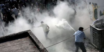 Las autoridades intentaron controlar la situación rociando gases a la multitud. Foto:AFP