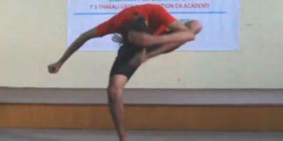VIDEO: Adolescente se da patadas en la cabeza sólo por
