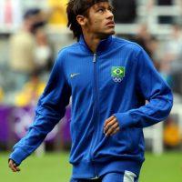 El mismo estilo de cabello, sólo que en lugar de una tiara, Neymar usaba una banda. Foto:Getty Images