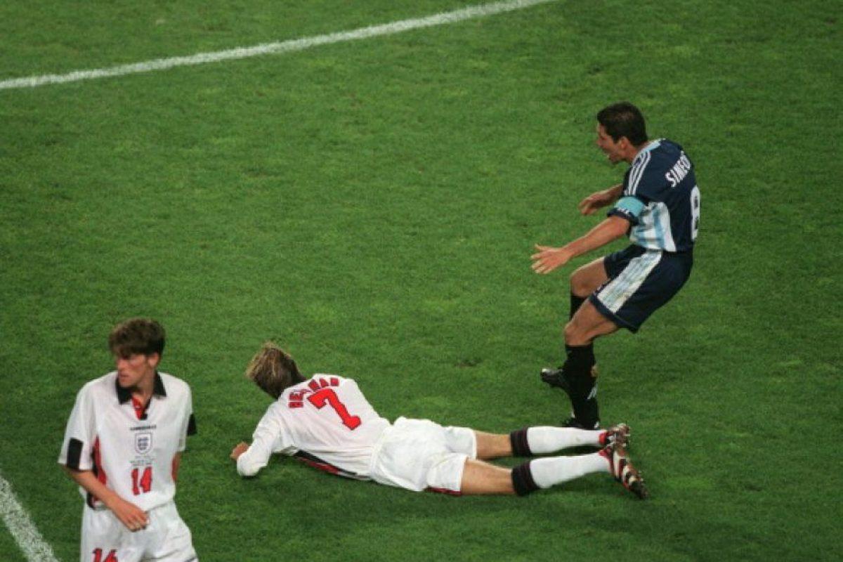 Durante el Argentina vs. Inglaterra de Francia 1998, David Beckham cayó al suelo y desde ahí pateó a Diego Simeone, pero el árbitro vio esta acción y expulsó al inglés. Foto:Getty Images