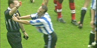 Así reaccionó el polémico italiano en 1998, cuando militaba con el Sheffield Wednesday y fue expulsado. Empujó al árbitro y lo tiró al suelo. Foto:Vía Youtube.com