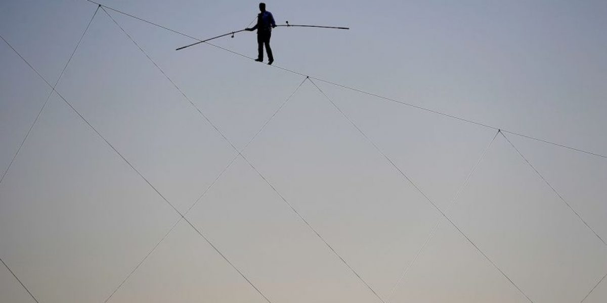 Equilibrista rompe nuevo récord en recorrido con cuerda floja