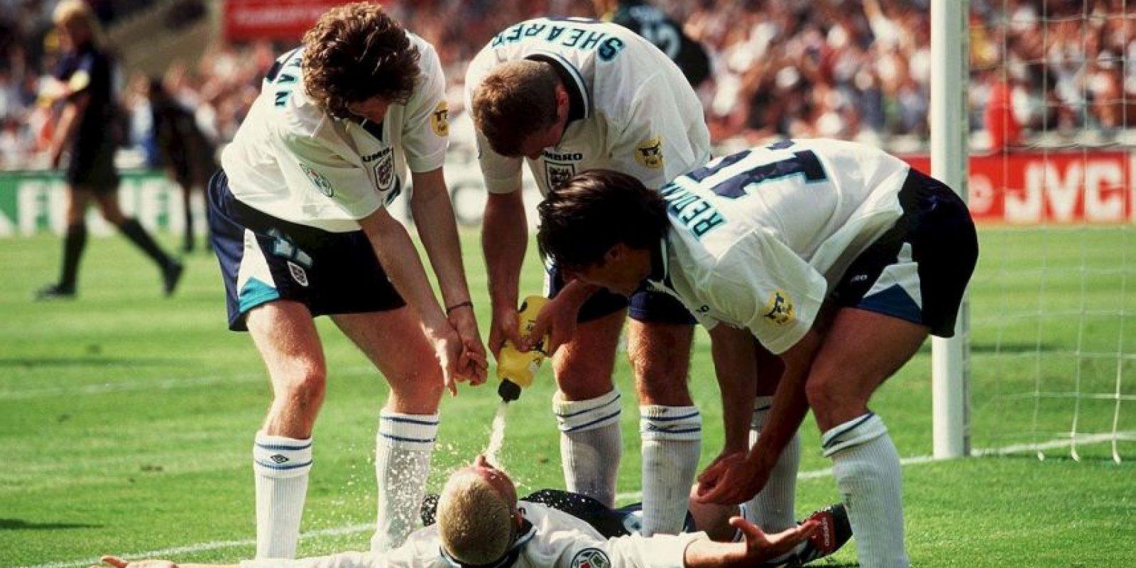 Previo a la Euro 1996, la prensa británica publicó fotos de Gascoigne, Sheringham e Ince bebiendo alcohol y así festejaron un gol en esta celebración. Foto:Getty Images