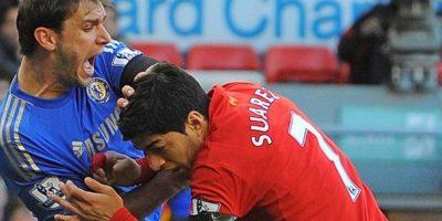 Antes de causar revuelo por morder a Chiellini durante el Mundial, Luis Suárez ya había tenido al serbio Branislav Ivanovic como víctima. Foto:AFP