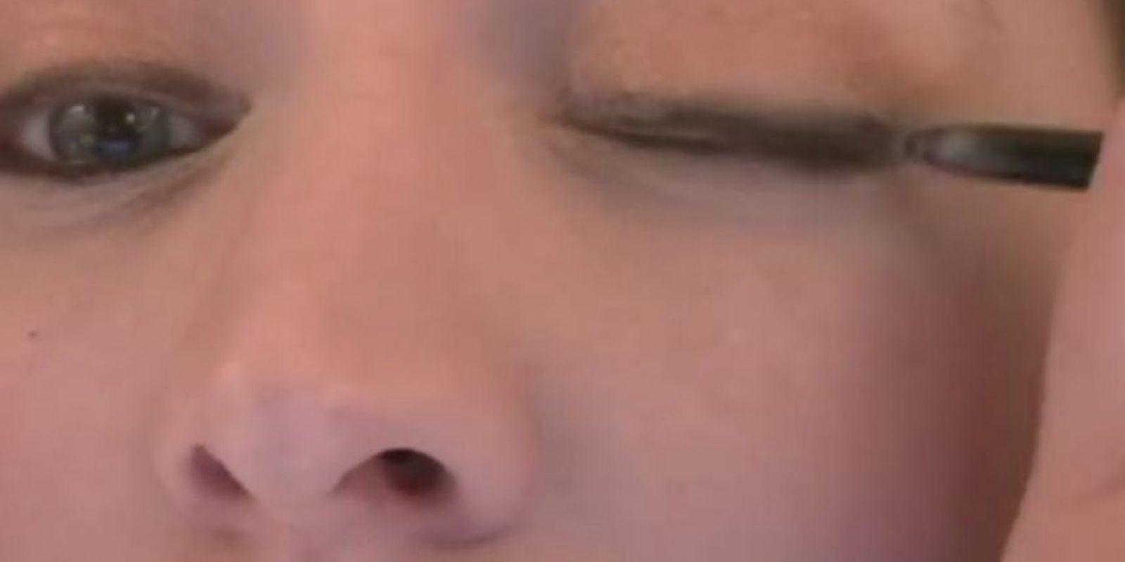 5. Picarse los ojos mientras se delinean. Foto:Vía Youtube