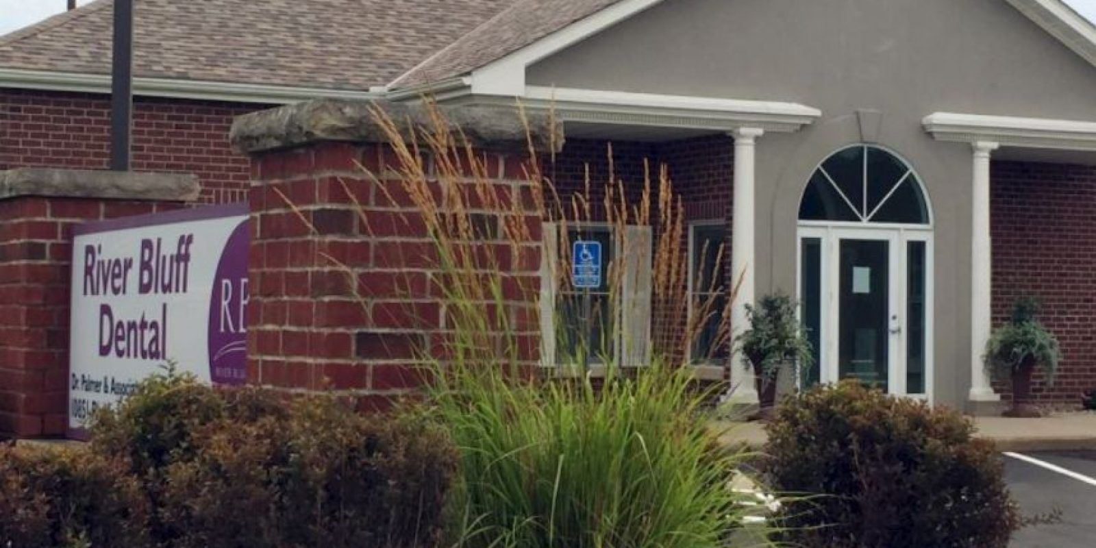 El consultorio de Palmer fue cercado por animalistas y por gente furiosa por su asesinato. Foto:vía AFP