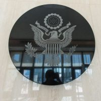 El escudo de armas en el lobby del edificio Foto:AFP