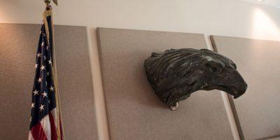 La escultura de una cabeza de águila ubicada en la sala de prensa de la representación diplomática Foto:AFP