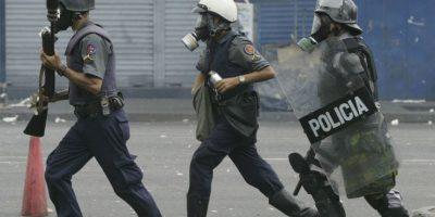 Después de asesinar al joven los policías lo pusieron contra otros cadáveres. Foto:Getty Images