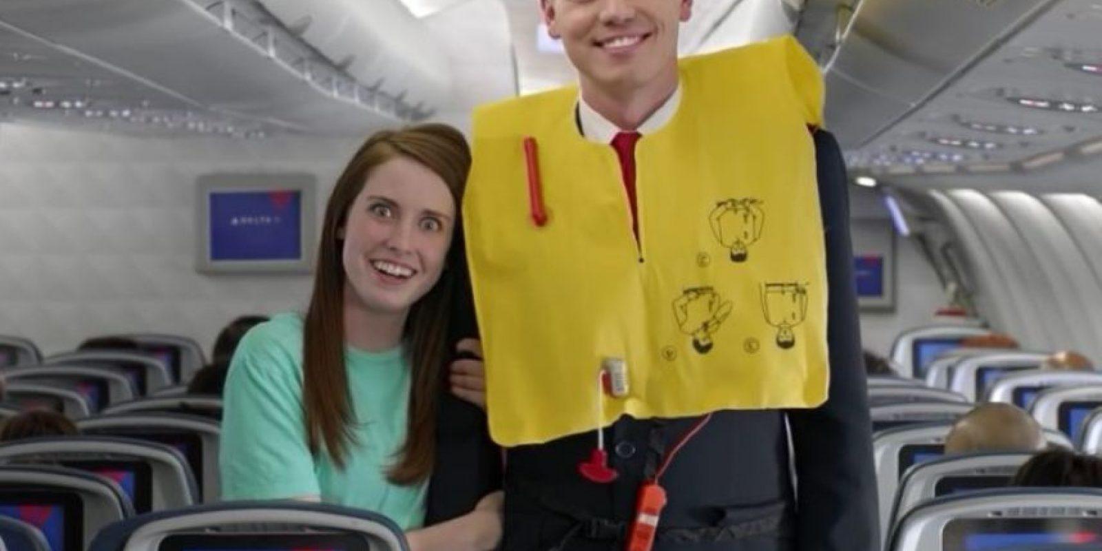 """La novia más celosa del mundo, """"Laina"""", """"La naranja molesta"""" y """"el gato pianista"""" son algunos de los personajes que aparecen en este extraño video de seguridad de la aerolínea Delta. Foto:Vía Youtube"""