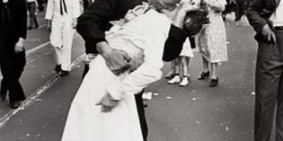 Fotos: Cientos de parejas revivieron el famoso beso de Times Square