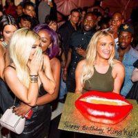 """""""Feliz cumpleaños Reina Kylie"""" decía el pastel en forma de unos labios gigantescos. Foto:vía instagram.com/kyliejenner"""