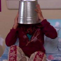 """Los productores cambiaron el guión y decidieron que la cabeza de """"Zoey"""" se quedaría atascada en un balde para poder usar una doble. Foto:YouTube/DanWarp"""