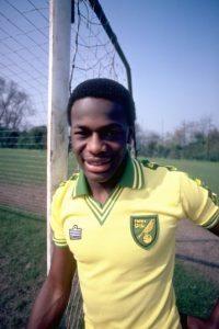 """En 1990, Fanashu, de nacionalida inglesa, se convirtió en el primer futbolista en declararse gay. Lo hizo en una entrevista con el diario """"The Sun"""". Se retiró en 1997 y un año después se suicidó al ser acusado de abuso sexual por un joven de 17 años. Foto:Getty Images"""