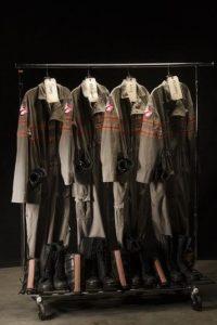 """Estos serán los uniformes de """"Las Cazafantasmas"""". Son muy parecidos a los de 1984. Foto:Twitter/Paulfeig"""