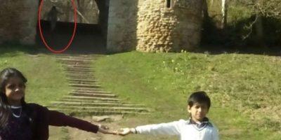 La familia recibió un gran susto al descubrir que en una de las fotos se percibía la presencia de un ente al fondo de la imagen. Foto:Vía Yorkeshire