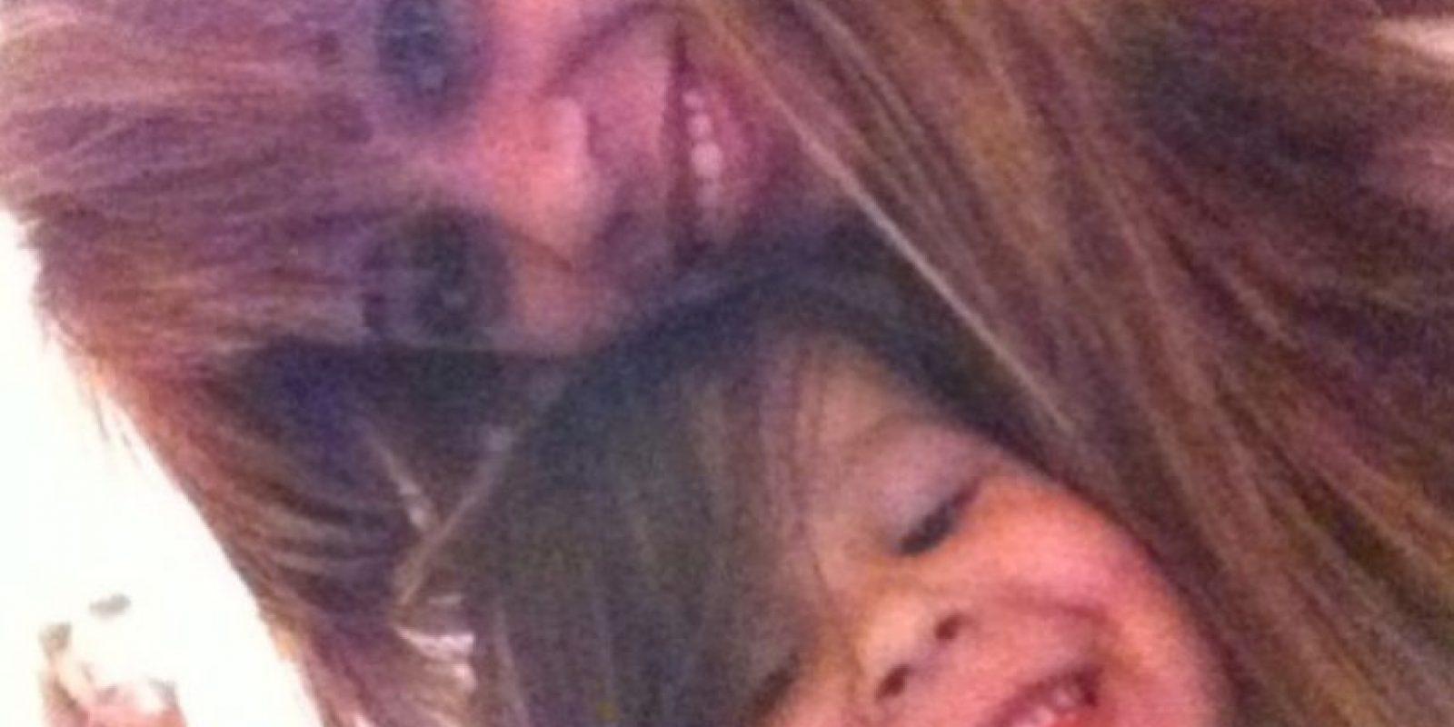 6. Ella publicó una foto con su hijo y detrás de ellos se observa un rostro. Foto:Vía Instagram