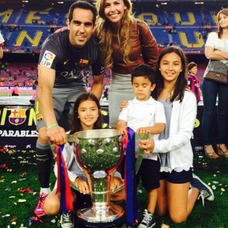 """Bravo tuvo una gran campaña con el Barça. Ganó el """"Trofeo Zamora"""" en 2014/2015 por ser el portero menos goleado de la Liga. Foto:Vía instagram.com/carlapardolizana"""