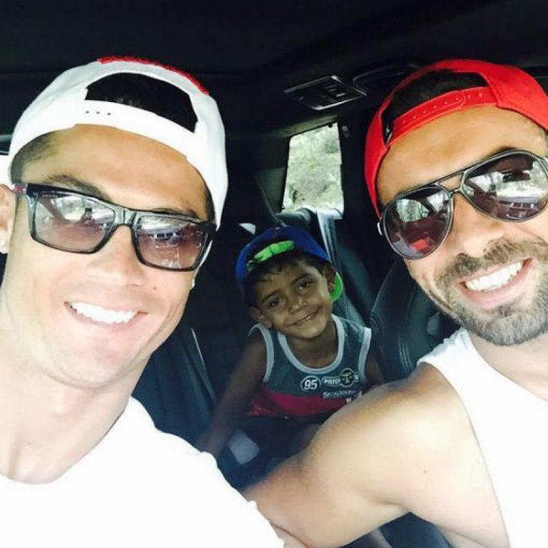 También disfruta de salidas con sus amigos. Foto:Vía instagram.com/Cristiano
