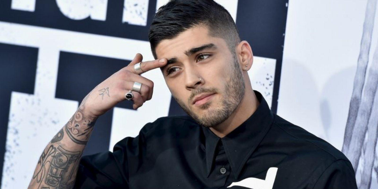 """Gómez recibió el premio a """"Mejor video pop"""" de manos de Zayn Malik, quien aún formaba parte de One Direction. Foto:Getty Images"""