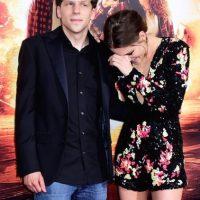 Stewart también posó con Jesse Eisenberg, el otro protagonista de esta cinta. Foto:Getty Images