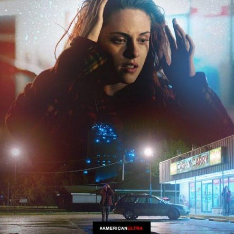 """Stewart interpreta a """"Phoebe Larson"""", la novia de """"Mike"""", que demuestra ser una mujer peligrosa. Foto:vía facebook.com/AmericanUltra"""