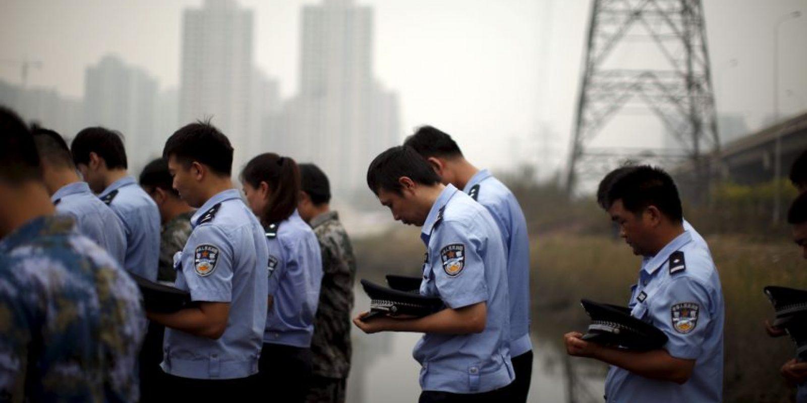 Policías rinden tributo a las víctimas. Foto:AP
