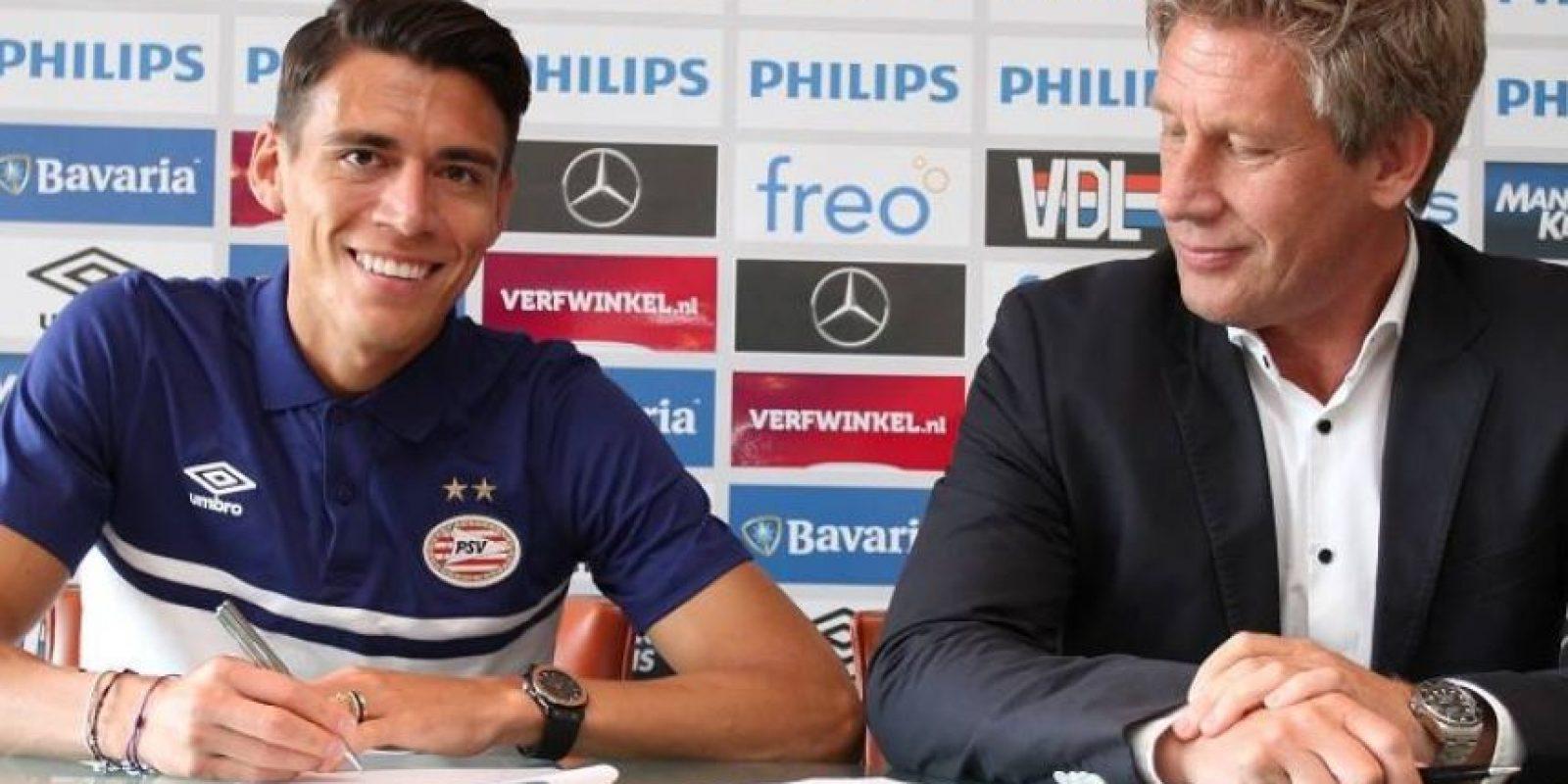 El PSV es el nuevo equipo del defensa mexicano que militó en el Espanyol de Barcelona. Foto:Vía facebook.com/PSV