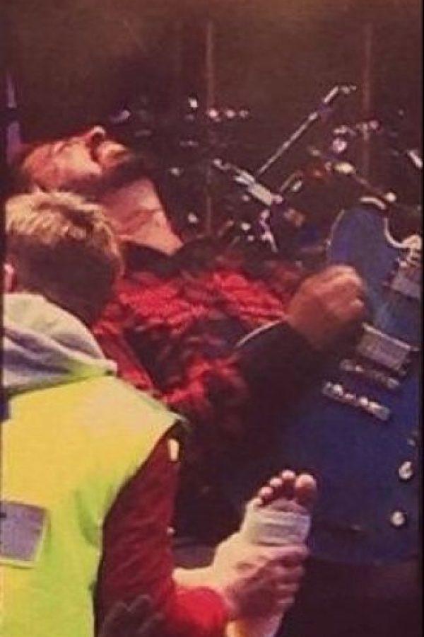 El músico se rompió la pierna mientras tocaba. Foto:vía twitter.com
