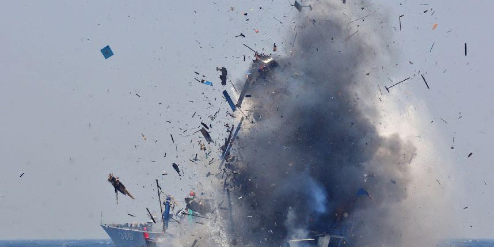 Explosión de barco dedicado a la pesca ilegal en Indonesia. Foto:AFP