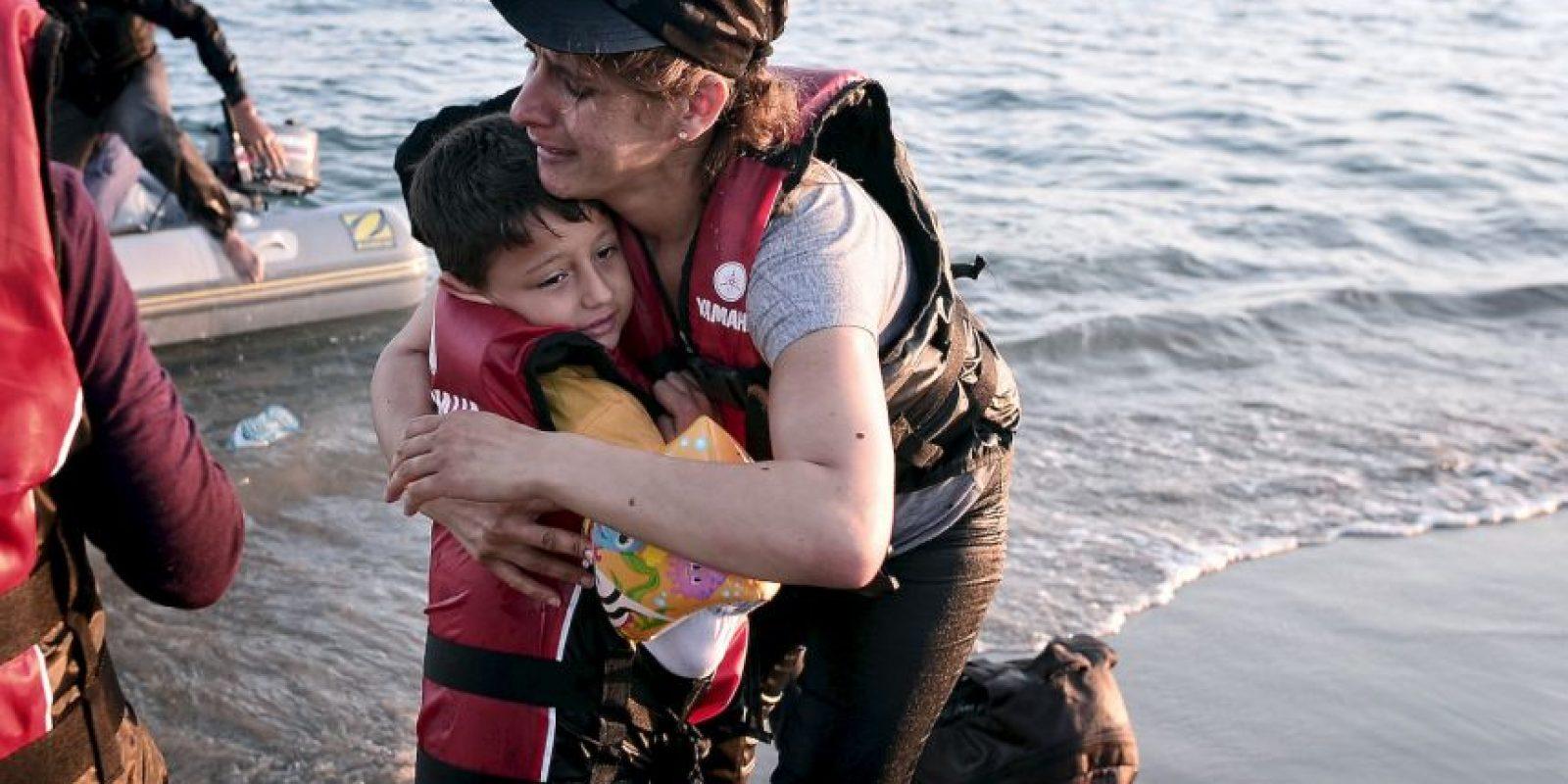 Migrante abraza a su hijo al llegar a las costas de Grecia. Foto:AFP
