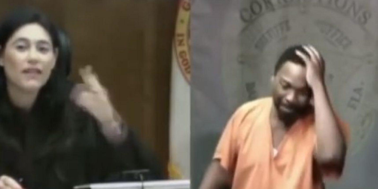 Tras décadas de que estudiaran juntos en la secundaria, dos compañeros de escuela se reencontraron en el peor de los escenarios, un tribunal. Foto:YouTube – Archivo