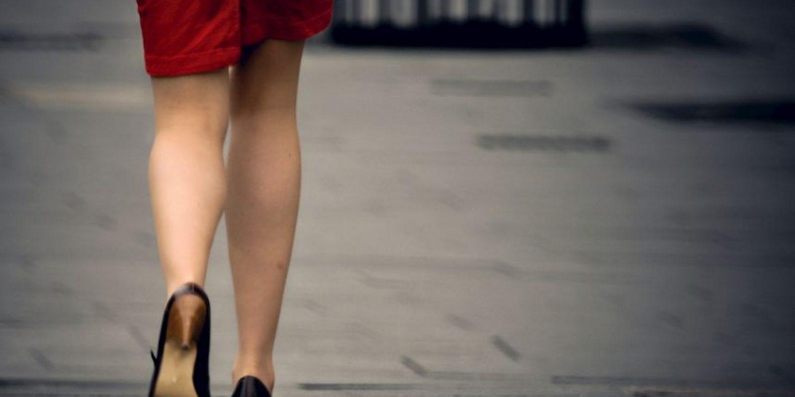 Los resultados mostraron que las mujeres a dieta comían cinco veces más chocolate en la prueba de sabor si comieron la barra inicial de cereales mientras estaban caminando. Foto:Getty Images