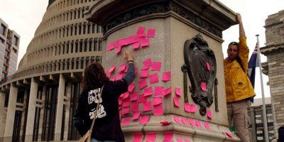 Es el método más fácil, pero también el menos confiable. Se trata de escribir notitas o mensajes de amor a la persona que les trae y dejárselos pegados. Foto:Getty Images