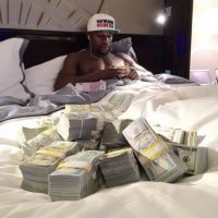 """En 2013, tras vencer al """"Canelo"""" Álvarez, unas imágenes de él contando sus millones de dólares dentro de su jet privado, le dieron la vuelta al mundo. Foto:Vía instagram.com/floydmayweather"""