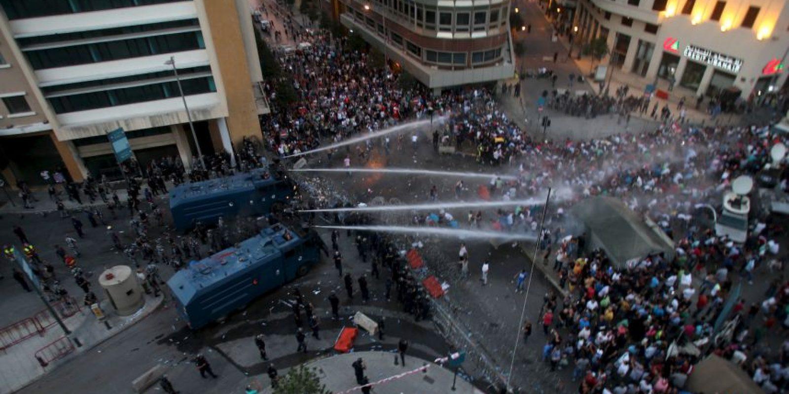 La Policía antimotines de Líbano usó cañones de agua para dispersar a miles de manifestantes Foto:AFP