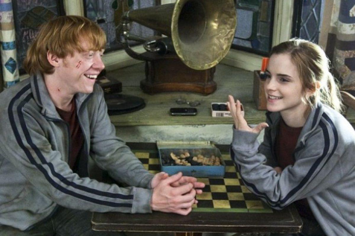 """Emma Watson confesó que grabar la escena del beso entre """"Hermione"""" y """"Ron"""" en la película """"Harry Potter y las Reliquias de la Muerte parte 2"""" fue """"algo como un incesto"""", mientras que él lo describió como: """"algo muy extraño"""" Foto:vía facebook.com/harrypottermovie"""