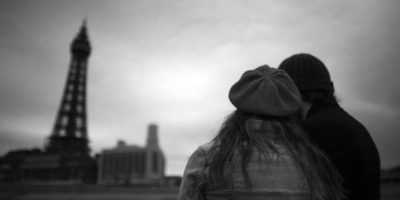 Por su parte, las mujeres son más románticas y su enamoramiento se da por tres etapas Foto:Getty Images