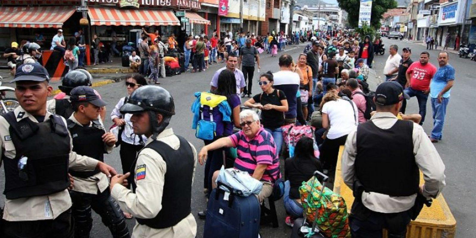 """""""Las mafias paramilitares tienen muchos intereses económicos y atacan a esta hora. Lanzan panfletos contra el Ejército venezolano"""" Foto:AFP"""