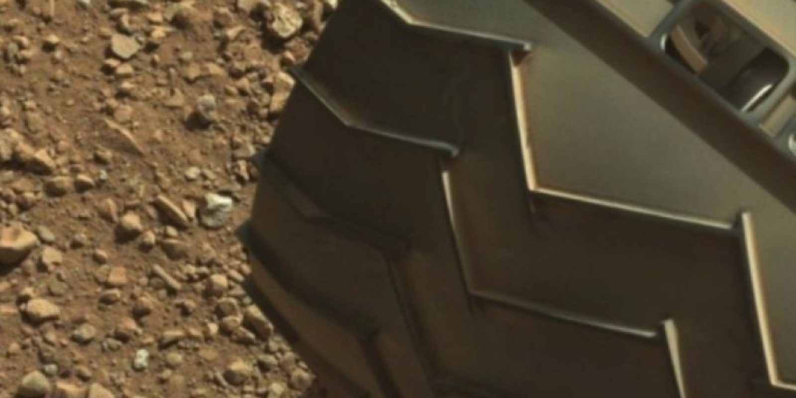 """El """"dedo"""" está en la parte superior izquierda de la imagen Foto:Fotografía original en http://mars.jpl.nasa.gov/msl-raw-images/msss/00003/mcam/0003ML0000125000E1_DXXX.jpg"""