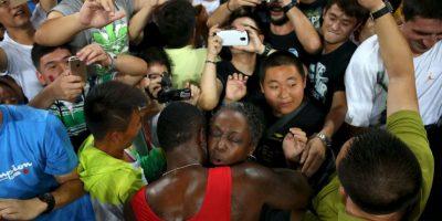 Gatlin abrazó a su mamá al final de la carrera Foto:Getty Images