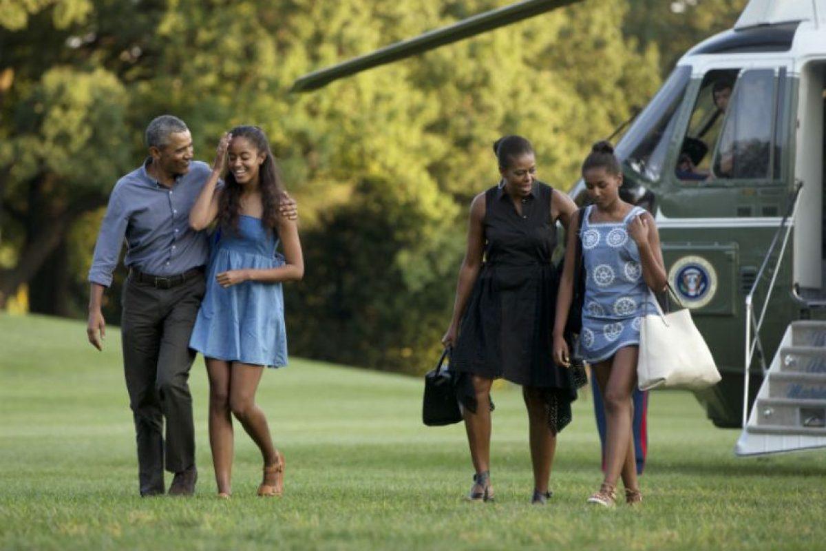 Obama tomó la mano de su hija mayor, de 17 años , Malia mientras que la primera dama y su hija Sasha de 14 los seguían. Foto:AP