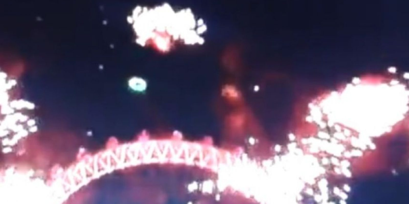 Un supuesto OVNI apareció en los festejos de Año Nuevo en Londres Foto:YouTube – Archivo