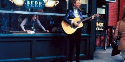 """En esta realidad alternativa, """"Phoebe"""" es una mujer indigente que observa a """"los amigos"""" conversar desde la ventana de la cafetería """"Central Perk"""" Foto:vía facebook.com/friends.tv"""