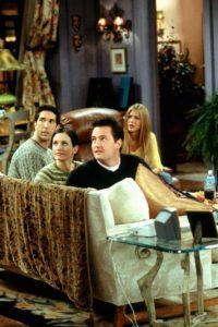 """En el último episodio, """"Phoebe"""" vería a """"Ross"""", """"Chandler"""", """"Mónica"""", """"Joey"""" y """"Rachel"""" alejarse mientras se refieren a ella como """"la loca que todos los día se nos queda viendo"""" Foto:vía facebook.com/friends.tv"""