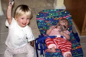 Él posiblemente se aprovechó de su hermano menor mientras este dormía plácidamente. Foto:Vía Tumblr