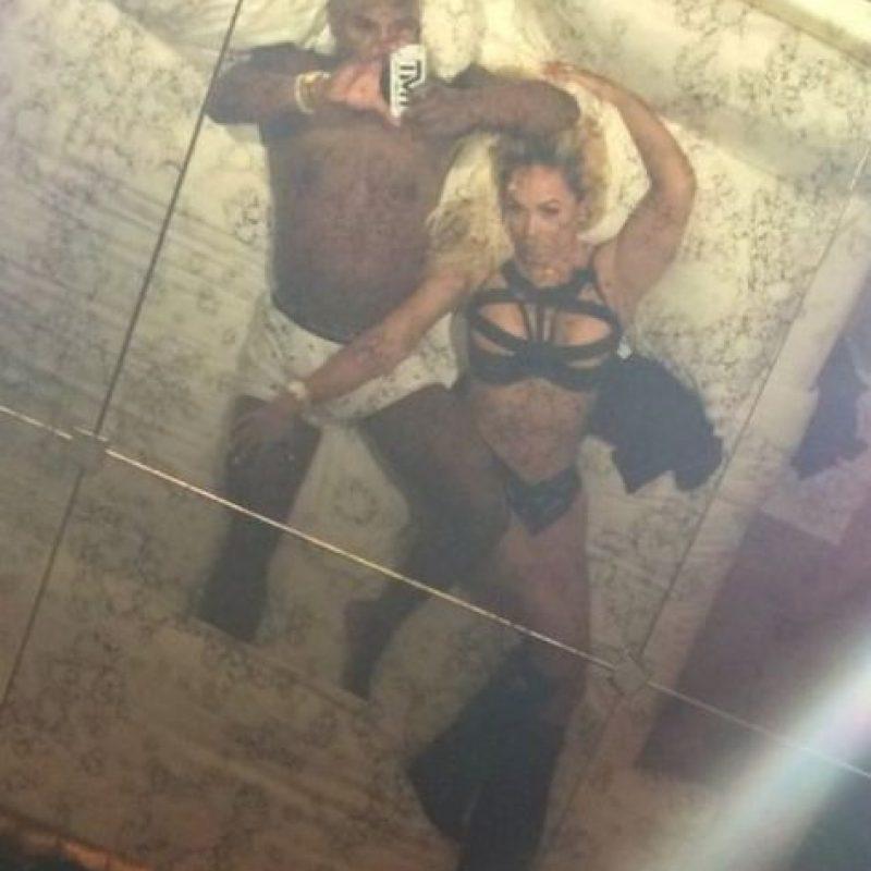 El boxeador borró la foto y publicó esta imagen con su novia oficial, Liza Hernández. Foto:vía instagram.com/floydmayweather