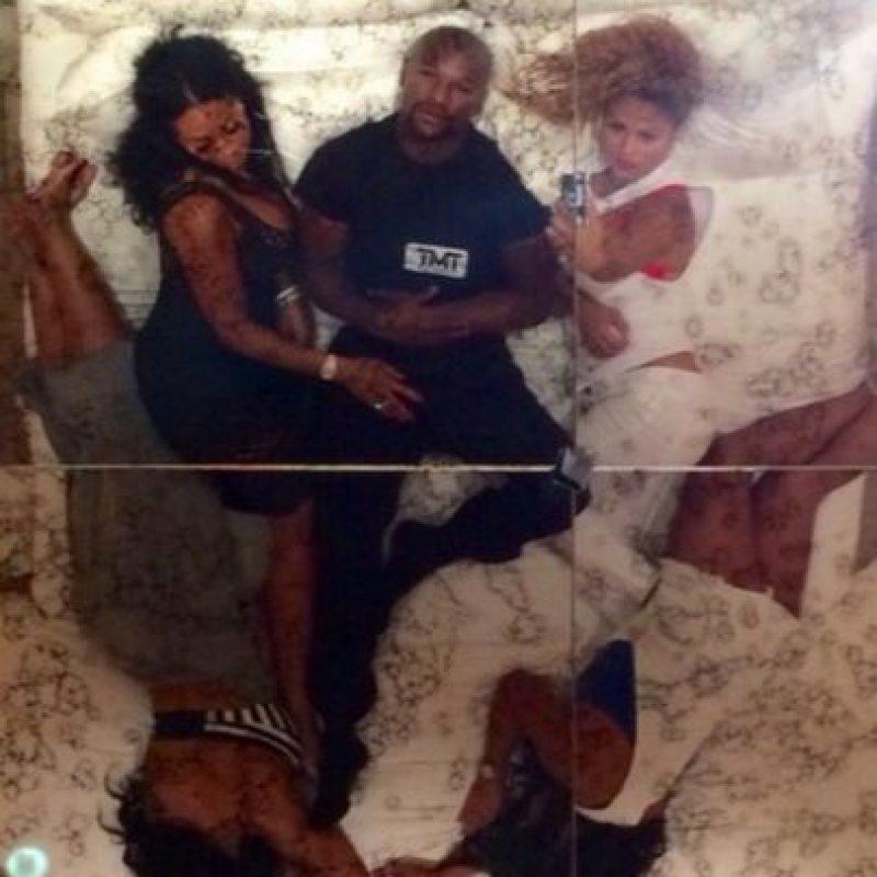 """""""El rey duerme bien cada noche, de la cabeza a los pies"""", escribió Floyd en esta imagen, donde comparte la cama con estas mujeres. Foto:vía instagram.com/floydmayweather"""